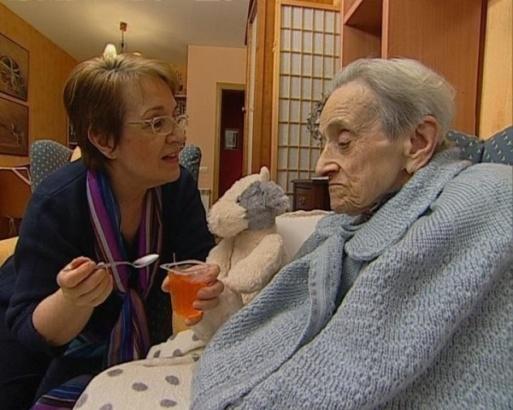 Mujeres Cuidado Ancianos (telefono-esperanza-badajoz-inicia-enero-talleres-destinados-enfermos-cuidadores)